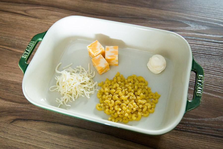 準備食材也很簡單:通心粉一把半、起司粉一把、美乃滋一勺、車達芝士三小塊,喜歡吃甜的話還可以再準備點細砂糖
