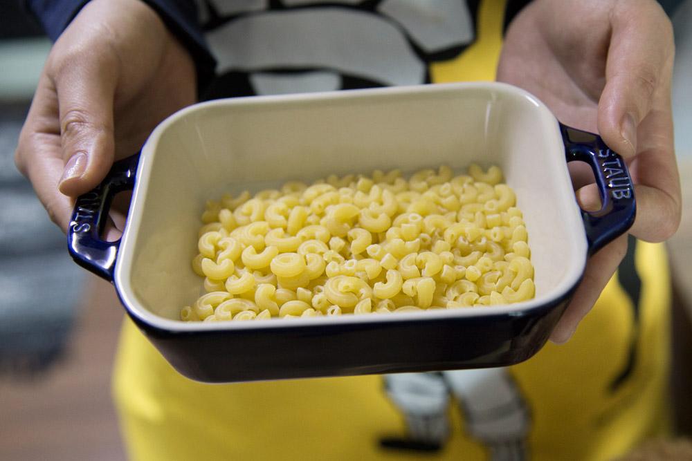 1.先在瓷碗裡鋪上通心粉