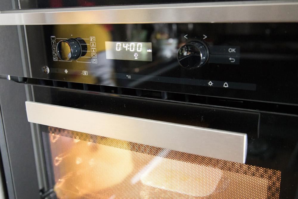 4.放進微波爐加熱4~6分鐘,加熱到尚帶一絲硬芯。