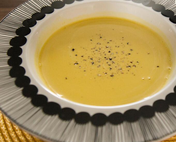 秋天的冷風吹起的時候,最想喝點熱乎乎的東西暖暖胃了,第二道要做的料理就是暖胃的奶油南瓜湯!