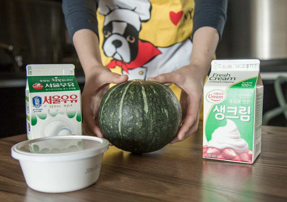 準備食材:黃奶油1/2勺、牛奶12勺、鮮奶油5勺、南瓜半個