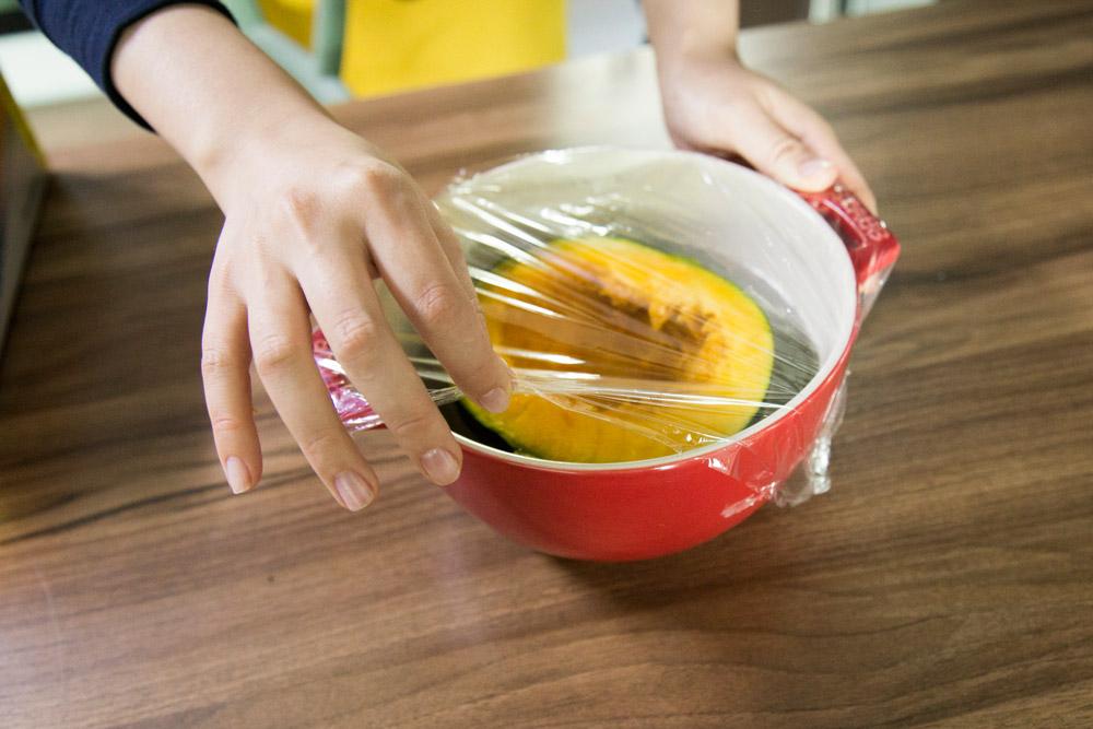 2.放進耐熱容器,加一點水,用保鮮膜包起來,記住留出一點縫隙來。