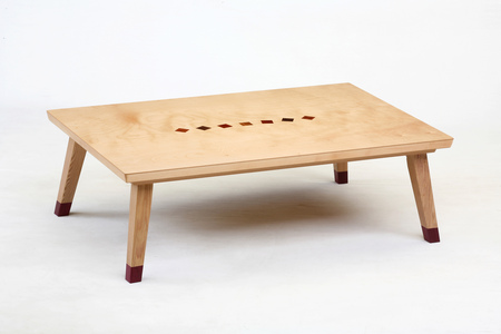 額~...這個小桌子是幹嘛用的呢?...000000... Kotatsu德斯♥☞日本的冬日暖腿「神器」! 你現在看到的算是牠的「裸體」..XD..笑什麼?本來就是 ̄へ ̄