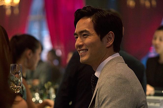 不過或許《需要浪漫2》裡的角色 吸引的觀眾很兩極 但最近在台灣電影開出紅盤的《愛上變身情人》裡 被朋友形容「油膩膩」的電眼微笑 絕對讓觀眾無一倖免掉入他的魅力漩渦