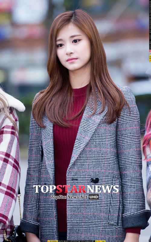 雖然是Twice的忙內 但從韓媒下的標題都以「出眾的美麗」、「不像99年生的美麗」 就能看出韓國媒體對子瑜的疼愛和重視