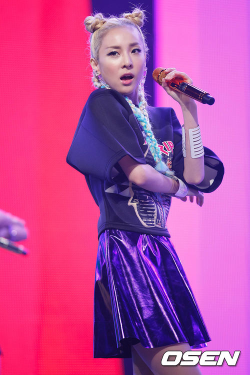 不過有顏就是可以這麼任性!就算再奇形怪狀的髮型放在Dara身上就是一點都不違和啊~