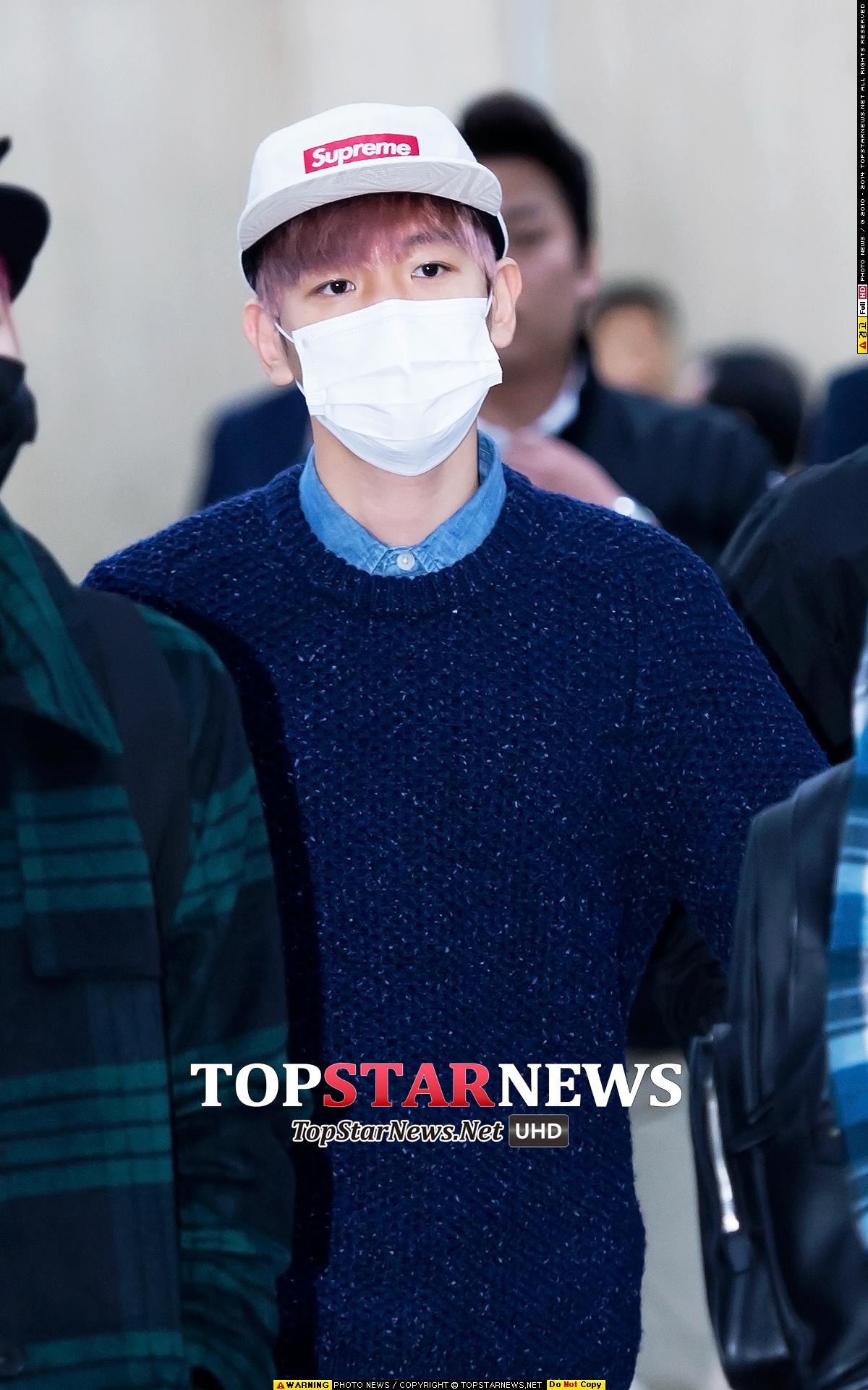 韓國現在已經滿有秋冬的感覺了,所以可以像這樣伯賢穿,在襯衫外面套一件「針織衫」,不僅好看還很保暖。