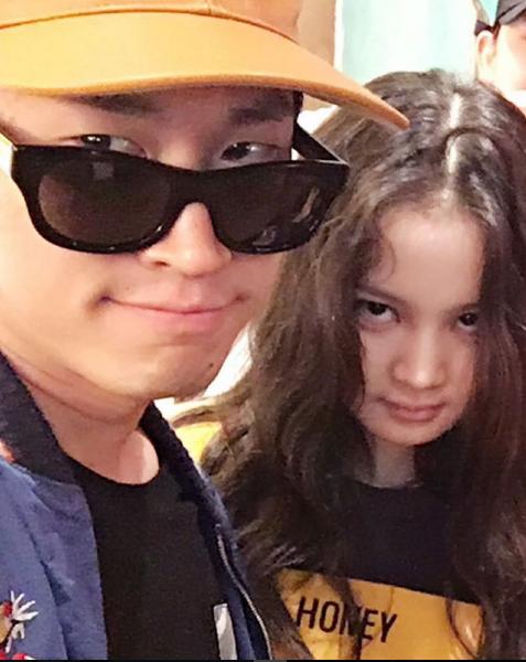 非常欣賞李遐怡聲音 更負責她這次新專輯統籌的Tablo 數月前也放上了李遐怡剛進YG時與他的合照 想來是新專輯有譜 才敢發文提醒大家吧!
