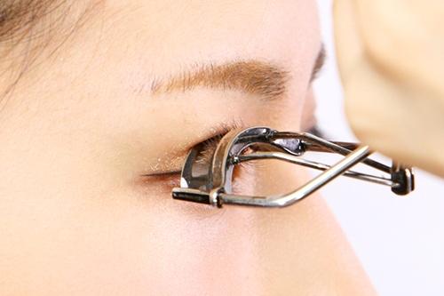 5. 睫毛夾夾到眼皮的瞬間 想要捲翹的睫毛根 卻不小心夾到眼皮 啊~~~~~超越想像的痛啊!!!!! ㅠㅠ