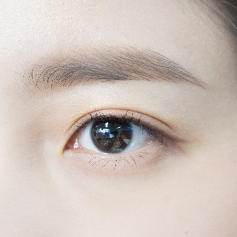 試塗在沒有整理好眉毛的熊姐姐3,,顏色也剛剛好,重要的是刷子的質量比想像中的還要好誒! 眉粉也不會飛來飛去.