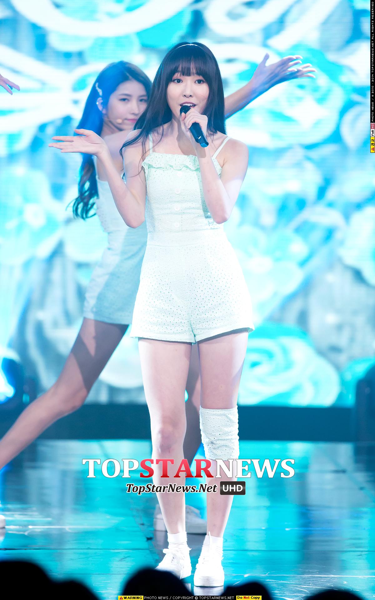 尤其是跌倒最多次的主唱Yuju,雖然一開始還被懷疑是不是假摔造新聞,但看她熱力的跳舞,就知道那摔都是扎扎實實的痛啊~