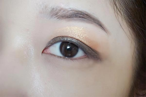 根據貼的時間和從前往後抹的時候手的力度不同 都可以調整眼影的濃淡度