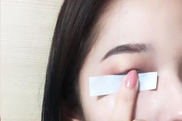 對準位置後,按住眼線貼,用水輕輕地浸濕後撕下來就好了