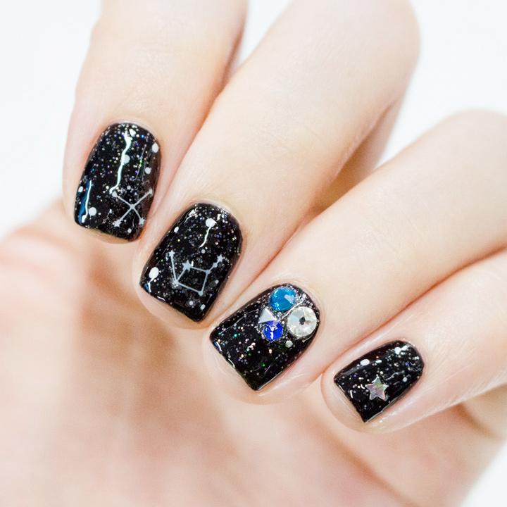 小編還在其它的指甲貼了閃閃的鑽石貼紙 剛好可以搭配星座貼圖