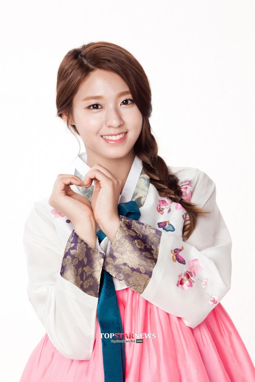 不過不讓秀智專美於前  和李敏鎬一同擔任今年「韓國訪問年」大使的雪炫 不只穿上粉嫩色系的韓服 完全展現少女氣息