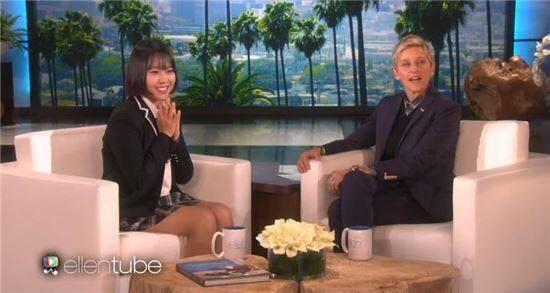 不僅如此,睿珍姊姊日前甚至紅到上美國的電視,美國很有名的脫口秀主持人艾倫狄珍妮,她主持的節目《Ellen Show》就直接請到她在節目上唱歌唷~