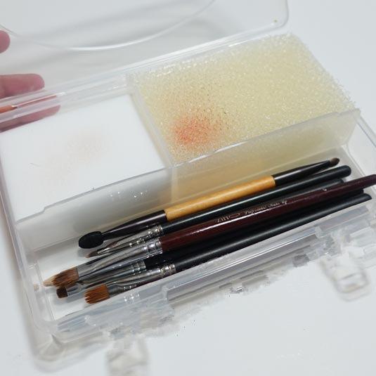 首先要準備的就是一個空盒子、PU海綿和科技海綿~這個方法可以在每天使用過後,把刷具上殘餘的化妝品簡單的清理一下