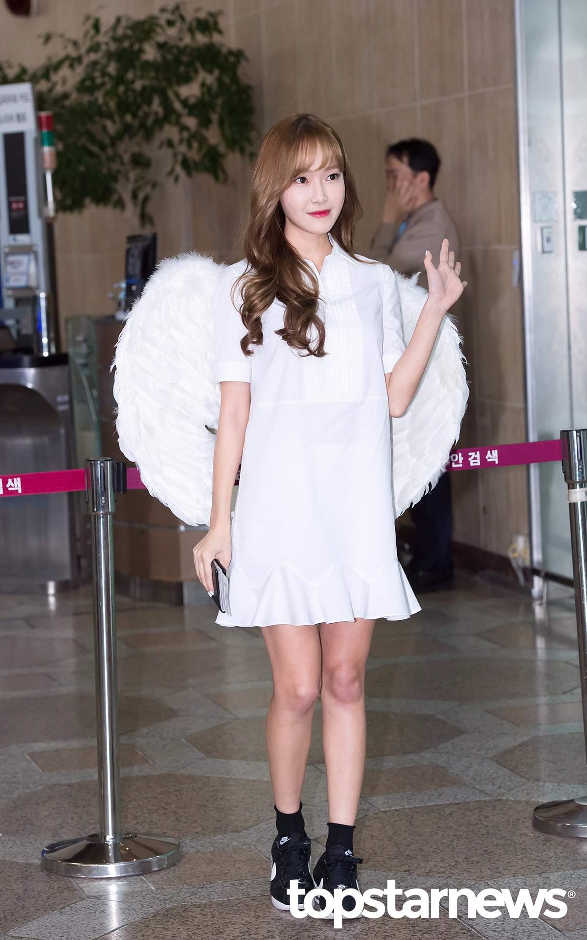 對啦~~就是這件翅膀裝!吸引了大批粉絲及記者的圍堵拍照。