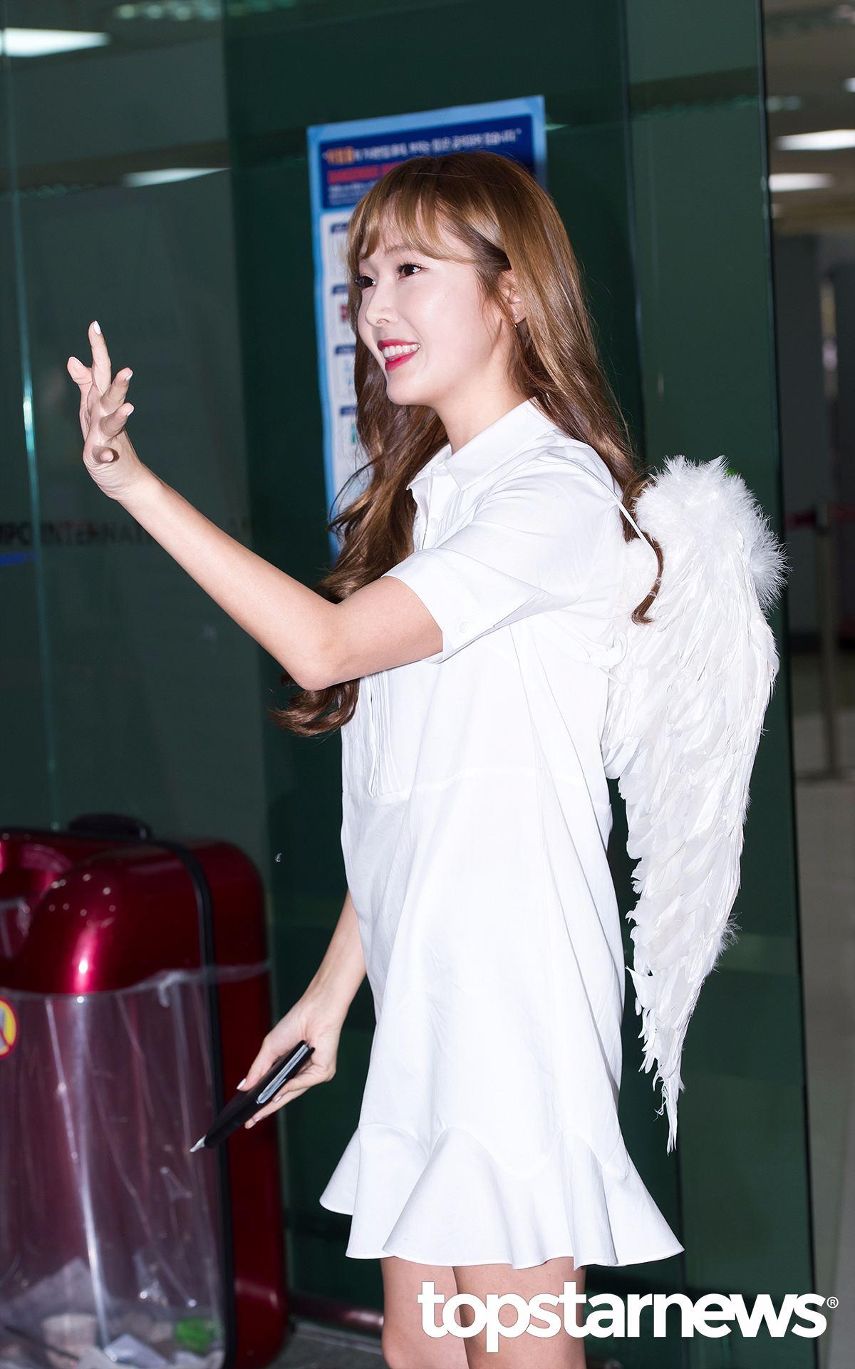 一襲白色連衣裙,背著翅膀,甜美微笑著跟大家打招呼的Jessica,真的猶如天使下凡。