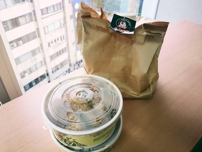 最後小編們覺得似乎不夠,所以又外帶了一份半半全雞(原味&青蔥)