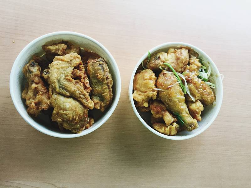 左邊是原味炸雞,右邊是青蔥炸雞。原味炸雞適合喜歡清淡路線的人,雖然大部分小編認為原味炸雞有點普通,但是某小編就覺得原味最好吃耶!但是整體來說,原味、青蔥和哇樂,青蔥是小編們一致認同的好口味喔!
