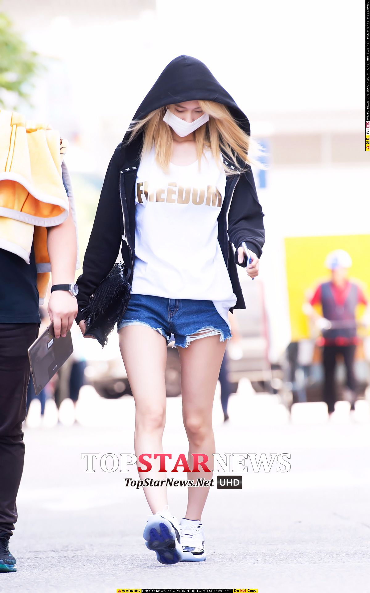 日常的潤娥,上班路時的造型,也跟我們一樣喜歡連帽外套、T恤、牛仔短褲+運動鞋!