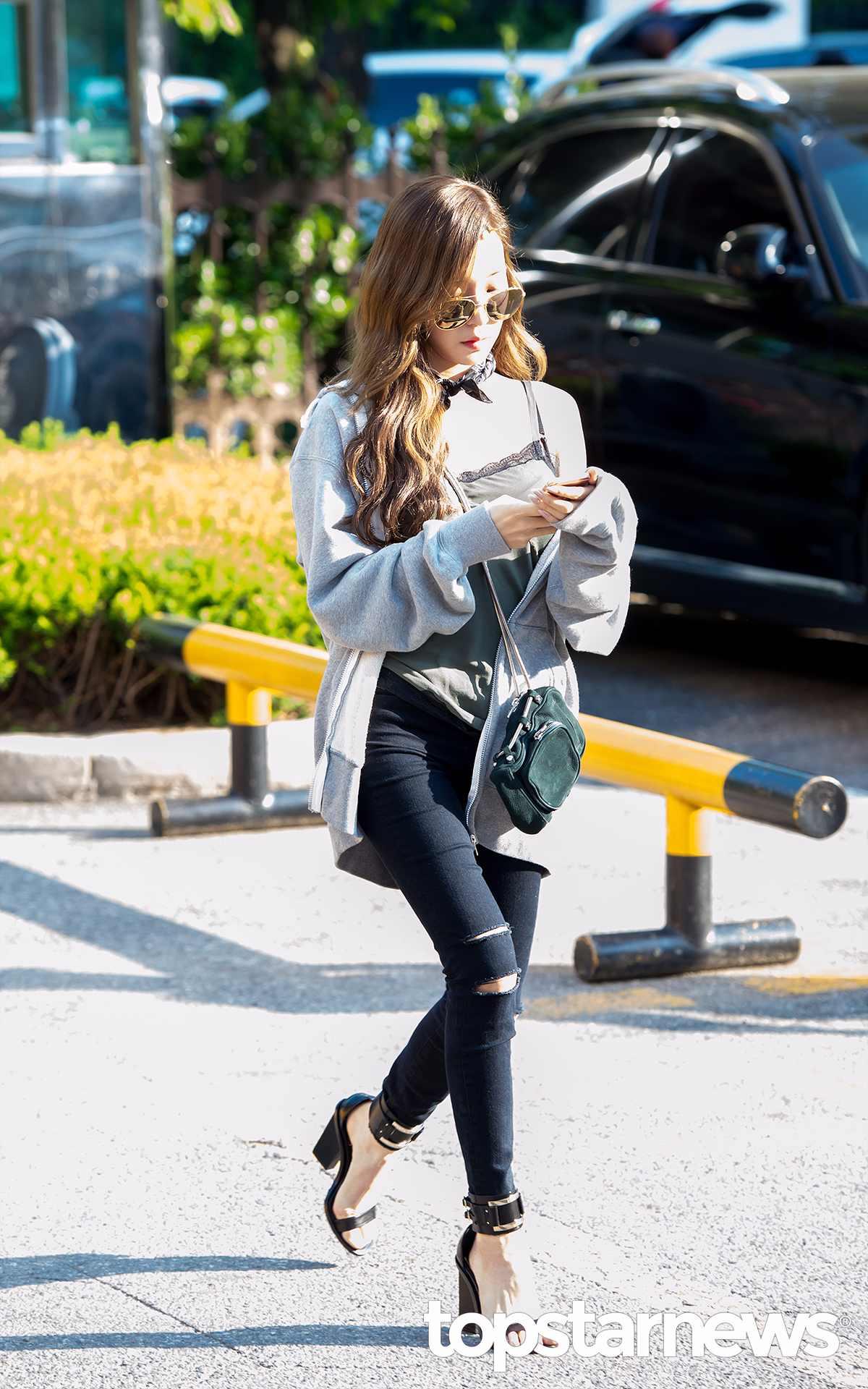 不同於雪炫的簡單風,Tiffany 在最新上班路上穿的這雙瑪莉珍就很個性,再搭配同樣個性的破洞單寧褲,蕾絲邊邊的吊帶衫,但這絕對不是一般人能駕馭的混搭風,不過Tiffany 真的很喜歡露肩裝。
