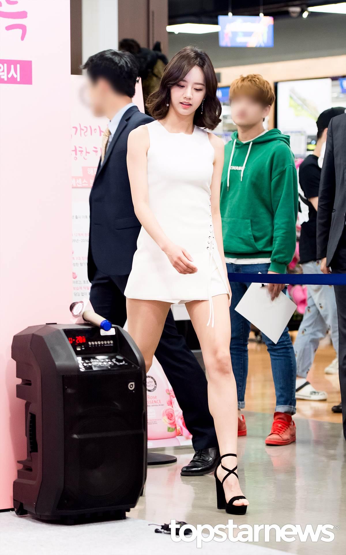 雖然是害粉絲們虛驚一場,不過惠利這一身超短裙+高跟鞋的裝扮真的很有女人味,也讓紛紛們感歎道「 忙內真的長大了」~~~