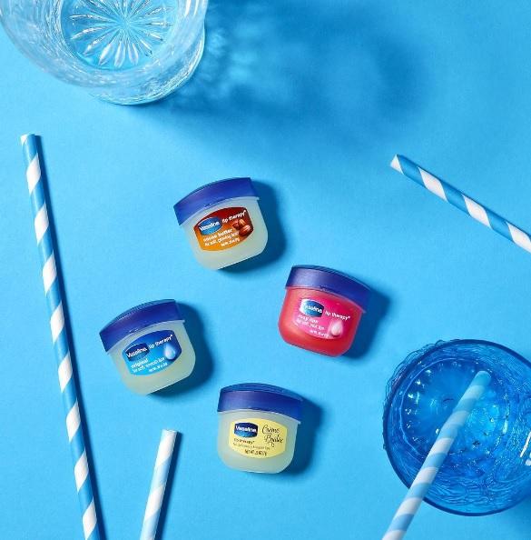 睫毛膏-晚上幫睫毛塗凡士林 可以讓睫毛更強壯、也可以加快睫毛生長的時間。但要小心別碰到眼睛裡囉!