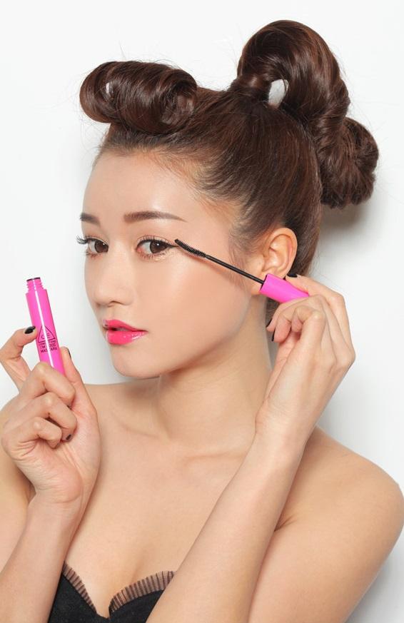 睫毛膏-吹風機吹熱睫毛夾 如果你的睫毛很容易塌掉,那可以在睫毛夾上先使用吹風機的熱風吹熱,之後再夾睫毛。但要注意溫度不可過燙喔!