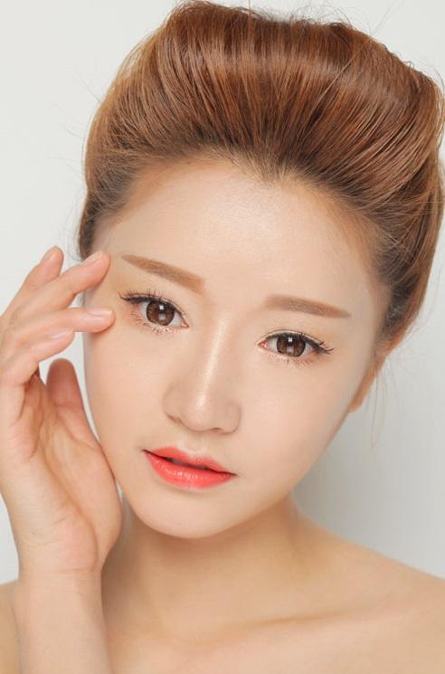 睫毛膏-使用睫毛打底膏 使用睫毛打底膏不儘可以讓睫毛更濃密、更纖長,對於捲翹度、持久度都有一定的幫助。