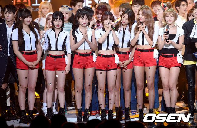 隔天又在Music bank上得獎,連續兩天得獎無疑是為粉絲注入一劑強心針,也算是給了這段時間備受煎熬的 AOA一點安慰。