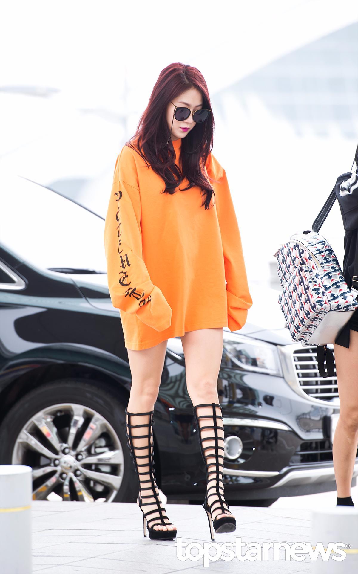 其中更以韶宥的服裝最讓人驚艷!上半身是大學T腳下卻踩了超高的羅馬長筒高跟鞋!