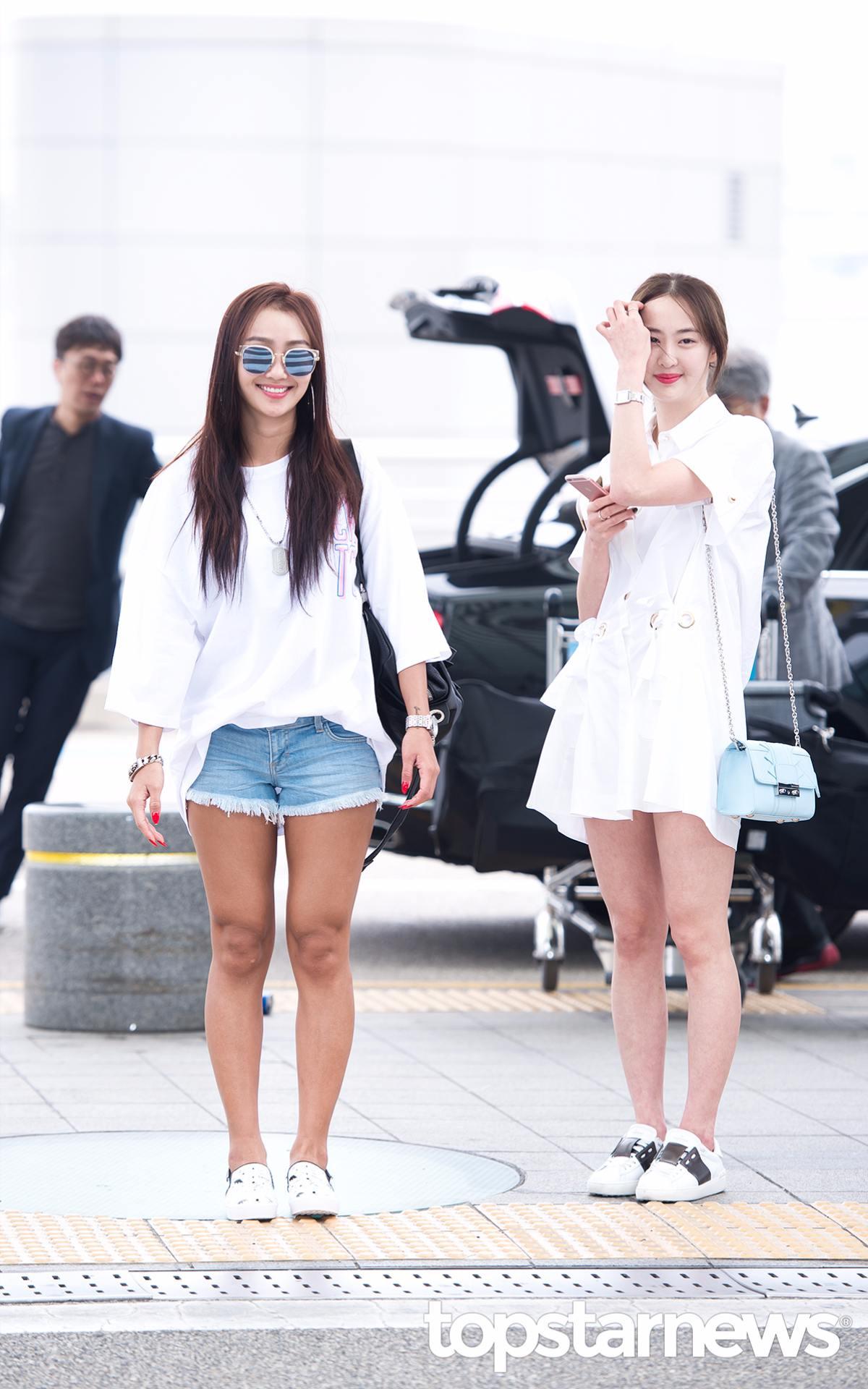 忙內多順選擇白色連身裙,而我們的歌后孝琳則是選擇簡單輕便的白T+牛仔短褲~兩個人雖然沒有華麗的配件照樣吸睛!