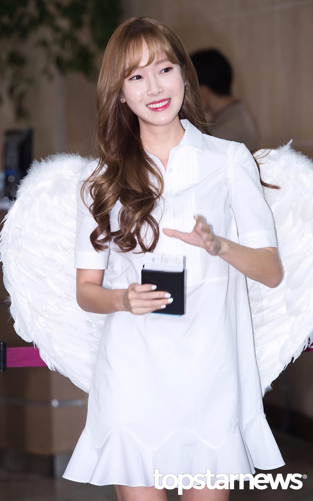 不久前發行新專輯得到好成績的Jessica,也說過如果新歌音源拿到一位,就會在前往中國的時候戴著翅膀亮相,之後也果然實現了這個一位公約。