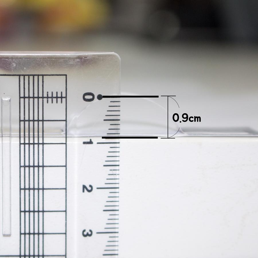 4. 接下來測量眼皮模樣凸起的紙條頂端與桌面間的高度