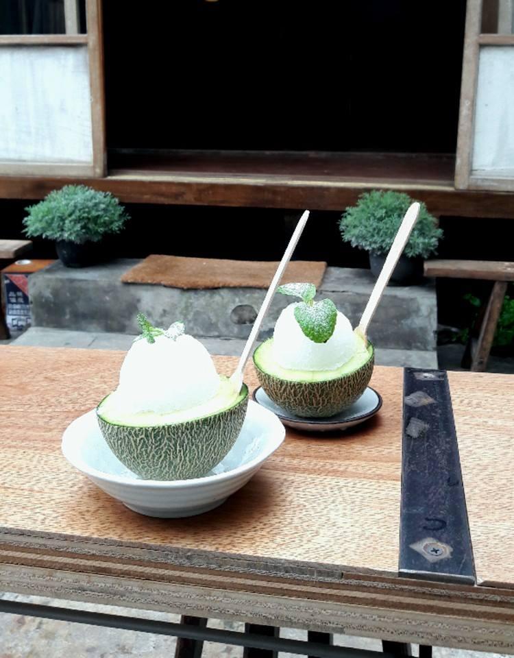 看看旁邊的設計,再配上這個用哈密瓜當碗的挫冰,是不是有種寧靜感啊?
