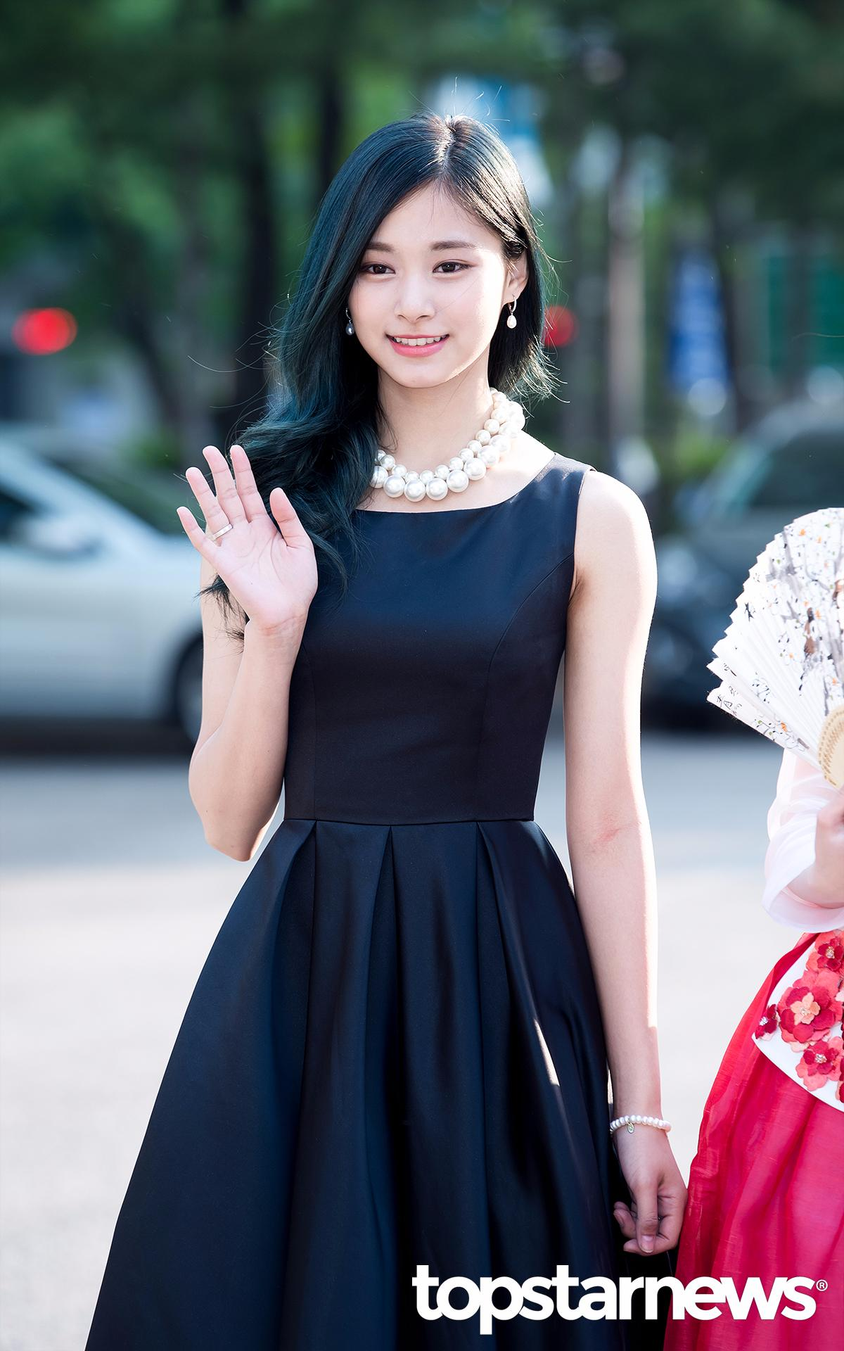 想必大家都很喜歡TWICE子瑜在MV中穿的這套黑色連身洋裝吧?完全襯托出子瑜典雅又精緻的美貌♥
