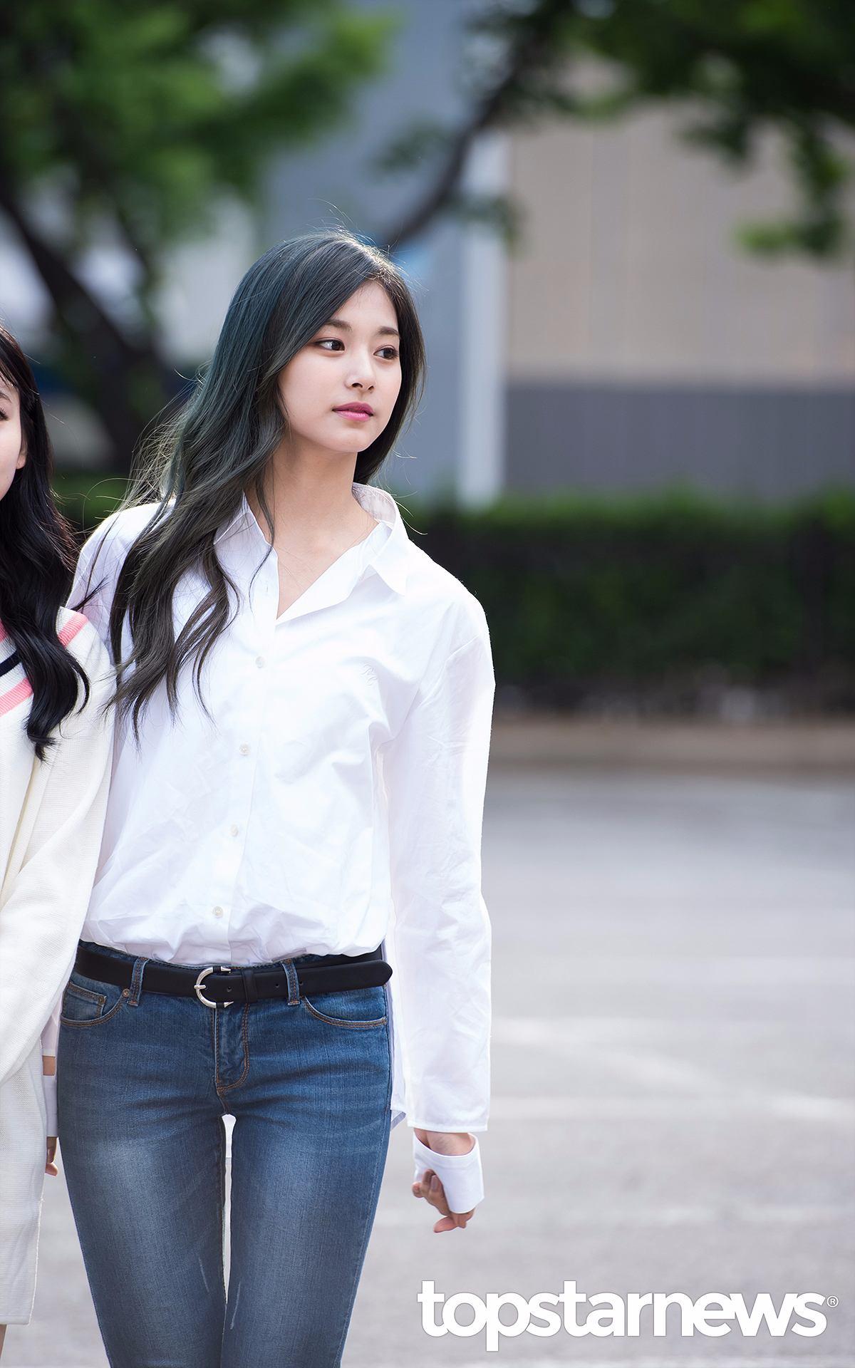 不喜歡穿裙子的女生,也可以參考子瑜這套白襯衫加牛仔褲(雖然看起來有點熱…)