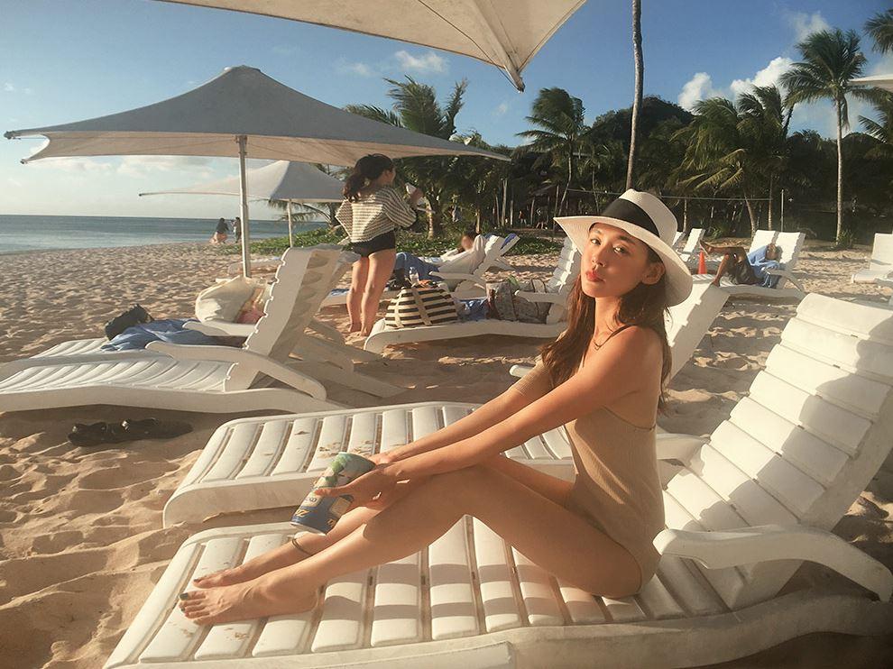 # 善用沙灘椅&浮床 在海邊和跟游泳池最常見的就是躺椅啦~只要抓對角度跟姿勢就可以修飾到身材,摩登少女推薦由上往下拍,不但可以顯瘦,還可以展現到漂亮的泳衣