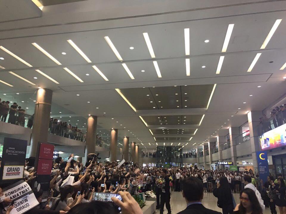 當時在機場有將近500名的粉絲來接機,看看這畫面!台灣男星的人氣其實也很厲害的~