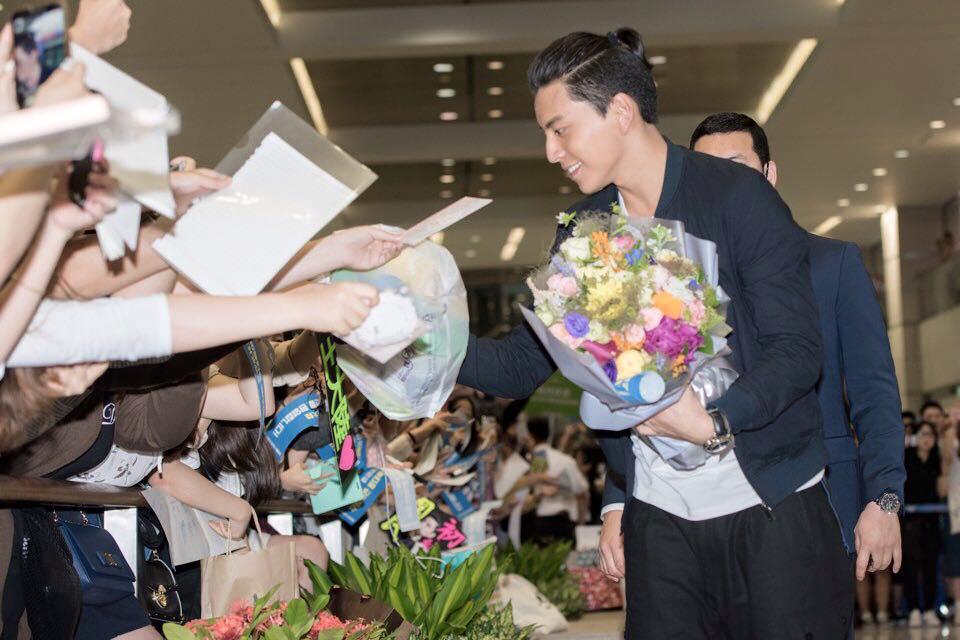 果然韓國粉絲追星都必備手幅(笑)據說王大陸在韓國將舉辦14場電影粉絲見面會,再次見證了王大陸的人氣啊!