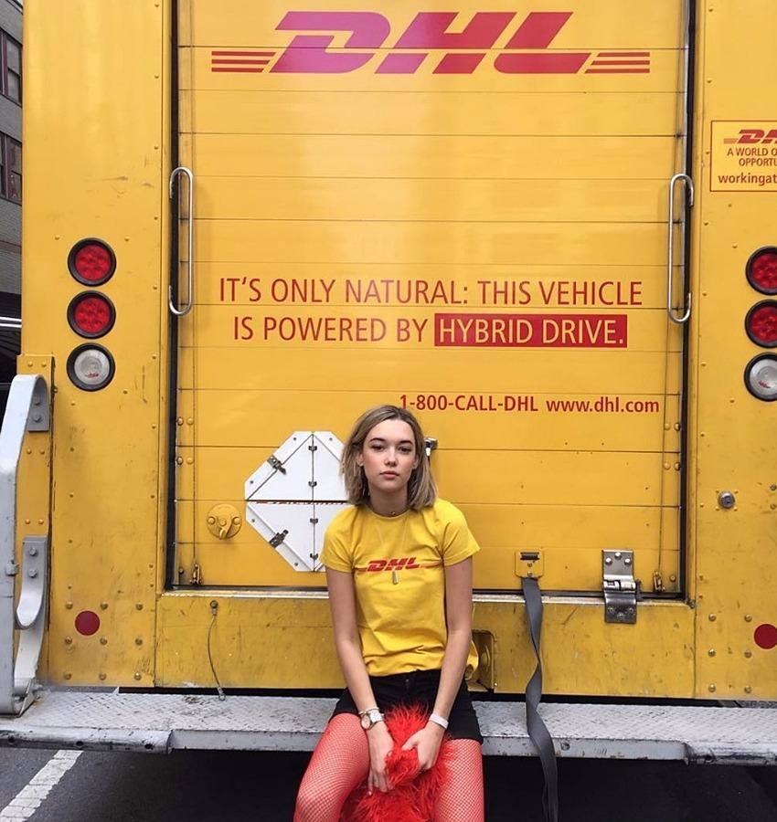 超模Sarah Snyder更是直接穿著這件DHL上衣,在DHL貨車前拍照