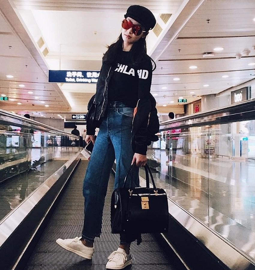 宋茜的私服也滿多Vetements的阿,照片中的黑色上衣、下擺抽鬚牛仔褲都是,果然是時尚者所見略同!