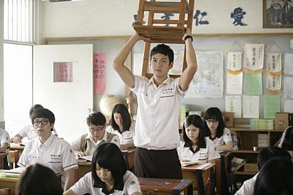 《那些年,我們一起追的女孩》-柯震東 柯震東能靠著《那些年》搶下金馬獎最佳新人獎項絕對不是沒有原因。不只演出女生最喜歡的痞痞壞男孩感,眼神也是電到不行!當然不能不提的是迷倒韓國女生的必殺外貌了!