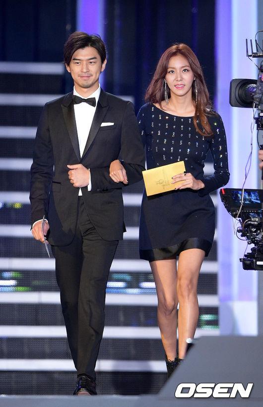 甚至曾搭配 Uie 登上頒獎典禮,光看合作的陣容和出席的場合就知道,陳柏霖確實在韓國發展得相當不錯啊!