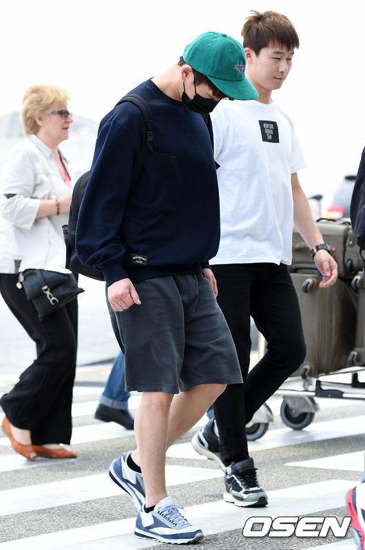 最後來看看溫流,這張是溫流六月初在仁川機場被拍到的新聞照,當天的機場時尚也是穿著長袖,看看後面別人是穿著短袖欸~~~