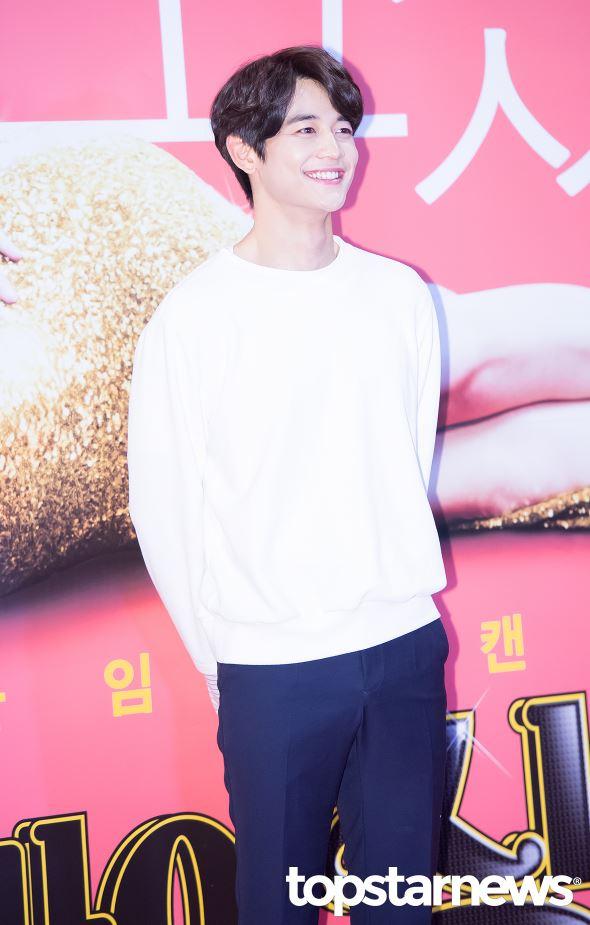 看珉豪笑得這麼燦爛,似乎真的不熱?