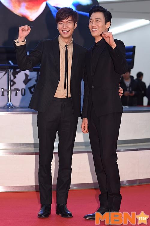 然而其實金來沅在退伍後和《Doctors》爆紅前,這期間有出演幾部電影,其中像是和李敏鎬攜手合作的《江南1970》。兩位男神身高真的很驚人耶!!