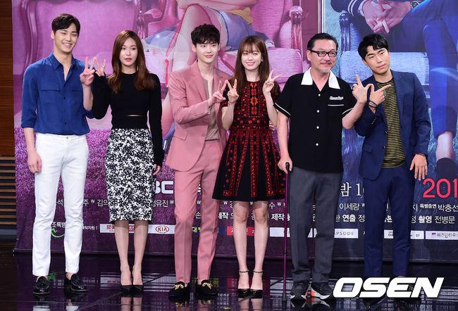 《W》在上週僅播出2集便在同期韓劇話題性排行中得到3,605分,躍升7月第三週討論度一位!《Doctors》位居2位、《任意依戀》則位居第3位。